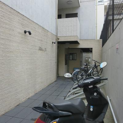 自転車置き場もまだ余裕あります。