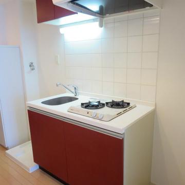 キッチンの赤のアクセントがステキ!