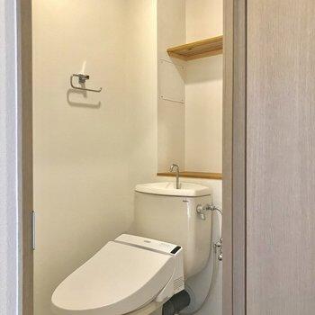 トイレはウォシュレット付きでゆったり。