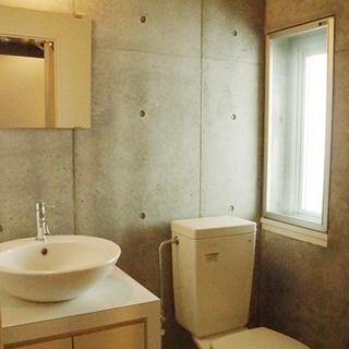 独立洗面台とトイレ。窓があります