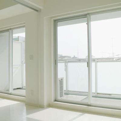 大きな窓からは、スカイツリーが見えます!