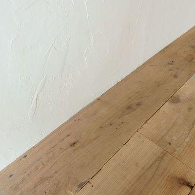 足場板の床、ジョリパッド仕上げの壁。