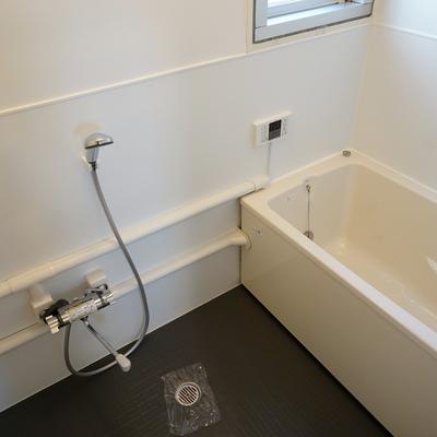 お風呂もゆったり空間で追い炊きと窓も♪