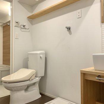 洗濯機置き場、トイレも同室です。