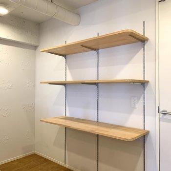 後ろには可動式棚。備蓄品やケトルが置けます。