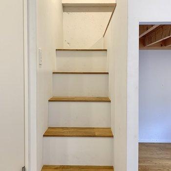 階段を上がっていきますよ〜。