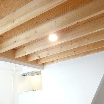 ロフト下の天井まで、ぬかりなく素敵に!