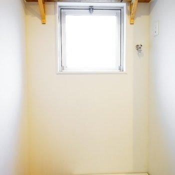 洗濯機置き場の上にも棚が◎こちらも大工さんの手作りです!