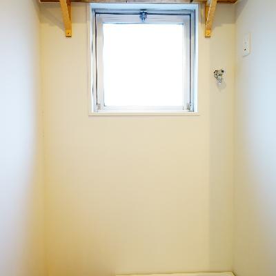 洗濯機置場の上にも棚があります、洗剤置くのにとても便利!
