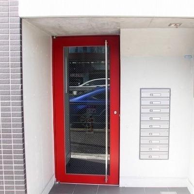 赤いドアのエントランス