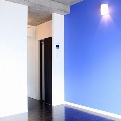 青に映える間接照明