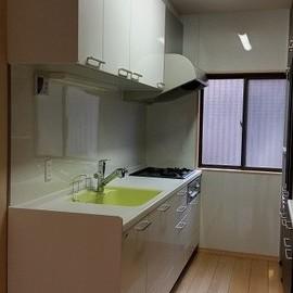 キッチンの反対側には大きな収納スペースも。