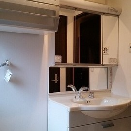 大きな鏡のある洗面所。