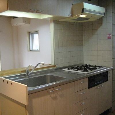 キッチンの背には洗濯機置場が・・・。