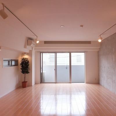 コンクリート打ちっぱなしでかっこいい室内。