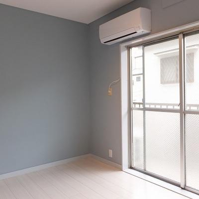 バルコニー側のお部屋やっぱり水色の壁がいいですね!