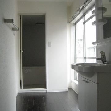 大きな窓付きの洗面所。
