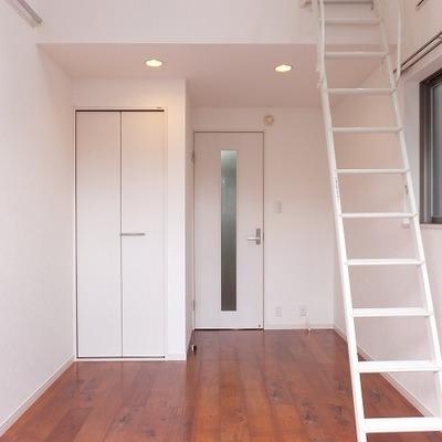 ロフト付きで天井が高く、数字よりも解放感のあるお部屋です。