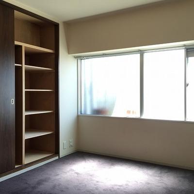 6.2帖の寝室、同じく収納たっぷり。ウィンドエアコンです。