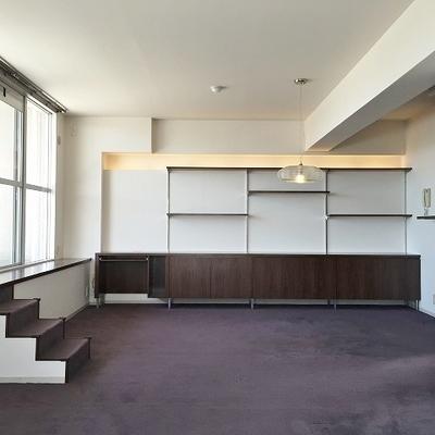反対の壁には可動式の棚。