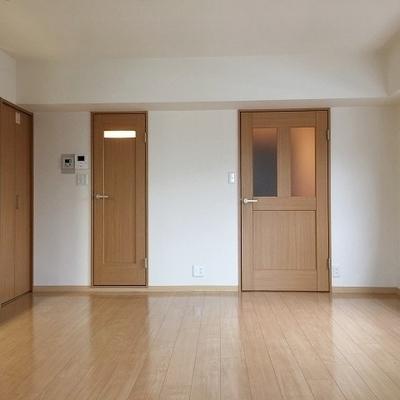右手が玄関。中央は脱衣所。左手は洗濯機置場。