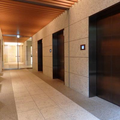 エレベーター3基。