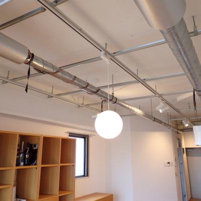 むき出しの配管!ライティングレールで照明も自由自在。