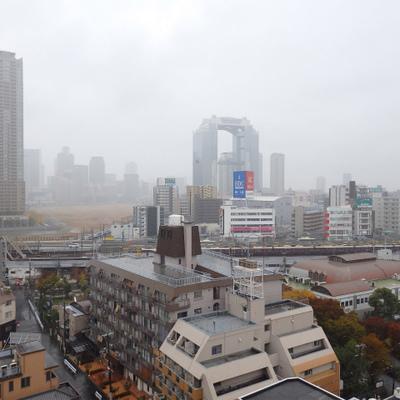 阪急の駅がすぐ目の前。スカイビルも見渡せます。生憎の天気、、