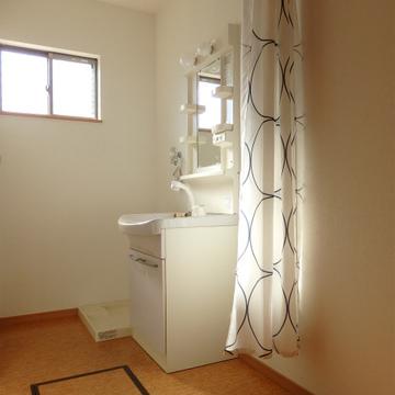 洗面台部分にはカーテン。脱衣スペースになります