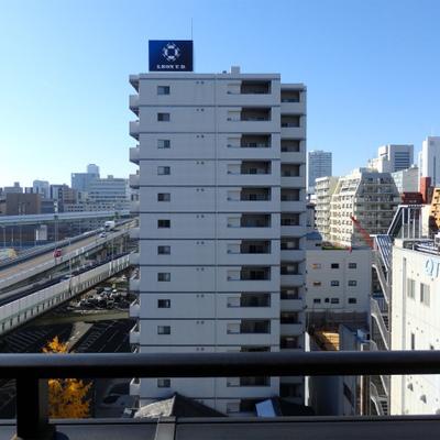 阪神高速道路が左手を通っています。