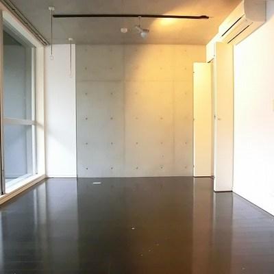 一部コンクリート打ちっぱなし。※写真は別部屋です