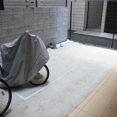 自転車置き場。バイクはNGだそうで。