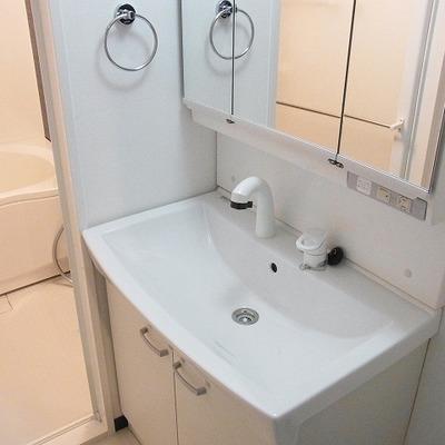 機能的な独立洗面台。