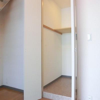 1階部分の収納。奥行きがあります。※写真は10階の同間取り別部屋です。