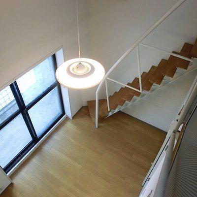 温かみもある階段。※写真は10階の同間取り別部屋です。