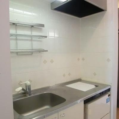 キッチンはコンパクトサイズ。※写真は10階の同間取り別部屋です。