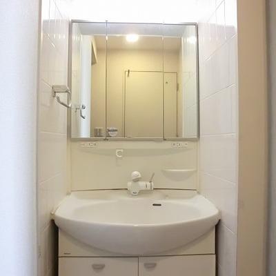玄関脇に洗面台。※写真は10階の同間取り別部屋です。
