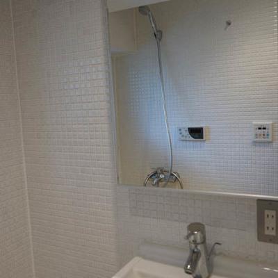 洗面台はお風呂の脇についてます。