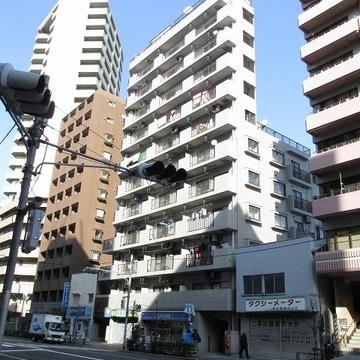 13階建てマンションです。1階にコンビニがあります。