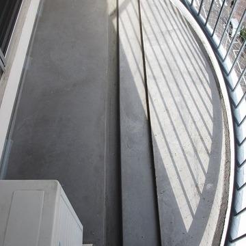 広めのベランダ。丸みを帯びた形がかわいい※写真は7階の同間取り別部屋のものです