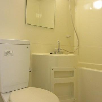 3点ユニット。トイレの隣に洗濯機置場があります※写真は7階の同間取り別部屋のものです