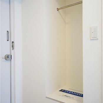下駄箱と思いきやクローゼット!!※写真は7階の同間取り別部屋のものです