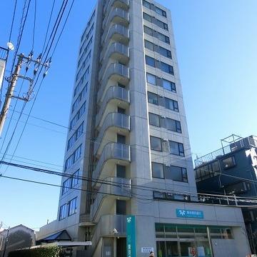 通り沿いに建つSRC12階建て。
