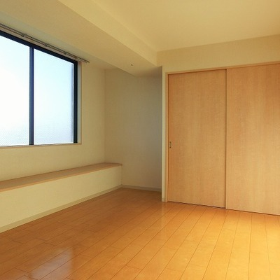 洋室はベンチつき。※写真は前回募集時のものです。