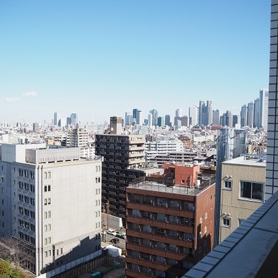 奥には新宿の高層ビル群が!