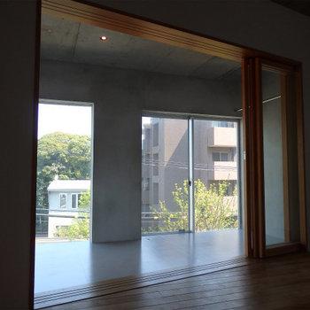 フローリングのお部屋から。 ※4階似た間取りの別部屋の写真です