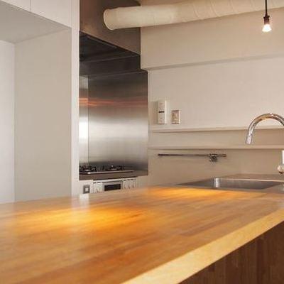 無垢とステンレスのキッチンとなっております。