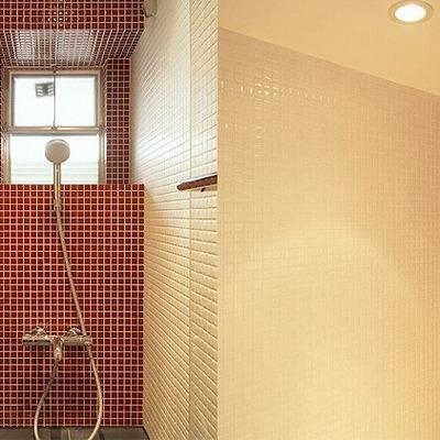 バスルームは赤のタイルで。