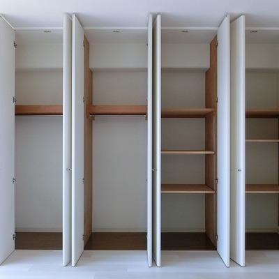 無垢材の可動式収納でたっぷり収納を。
