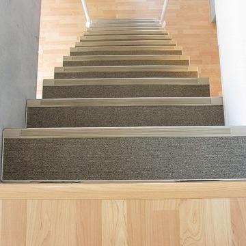 階段はまるで宝塚のそれのよう。踏み外したら痛いだろうなぁ